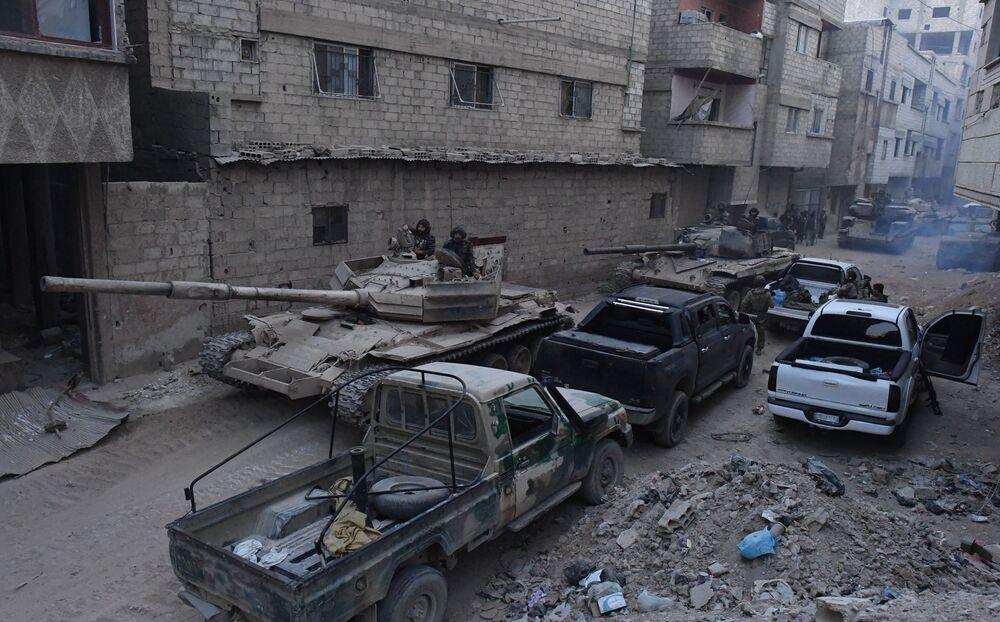 Tanques do exército sírio na área do antigo campo de refugiados palestinos Yarmouk, no subúrbio a sul de Damasco