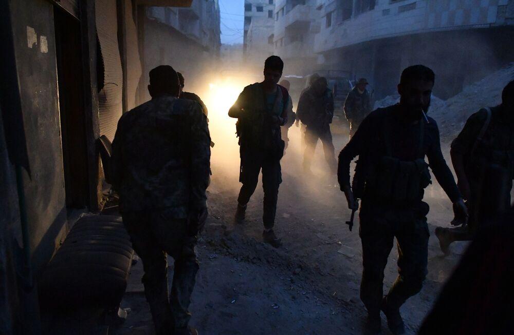 Combatentes na região do antigo campo de refugiados palestinos, no subúrbio a sul de Damasco