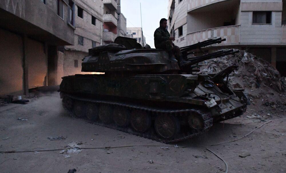 Veículo blindado de artilharia antiaérea autopropulsada Shilka do exército sírio na área do antigo campo de refugiados palestinos Yarmouk no subúrbio a sul de Damasco