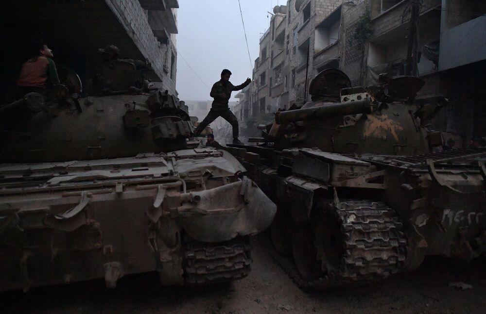 Tanque do exército sírio em Yarmouk, área do antigo campo de refugiados palestinos, a sul de Damasco