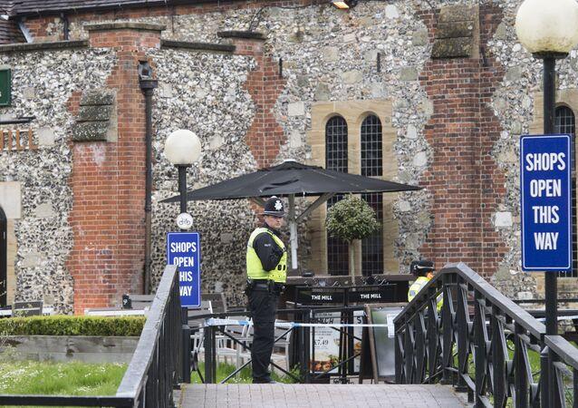 Polícia britânica na área interditada, onde o ex-espião Sergei Skripal foi encontrado com sintomas de envenenamento