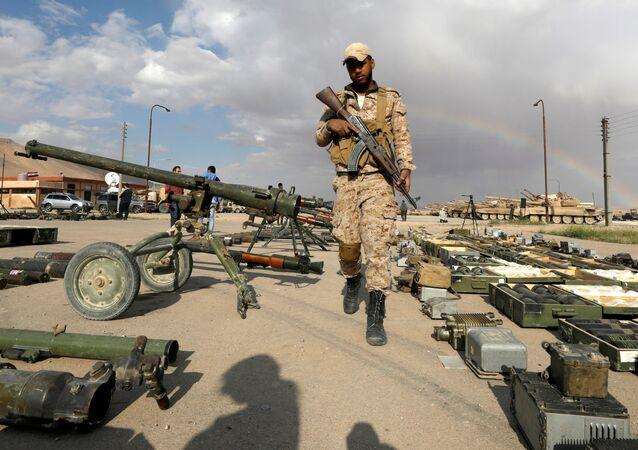 Soldado sírio passa ao longo dos armamentos que pertenciam aos rebeldes de Qalamoun oriental (foto de arquivo)