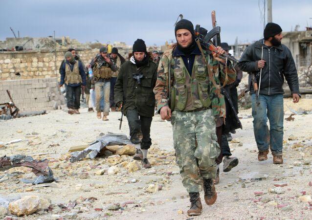 Combatentes de oposição passando pela área de al-Breij, Síria