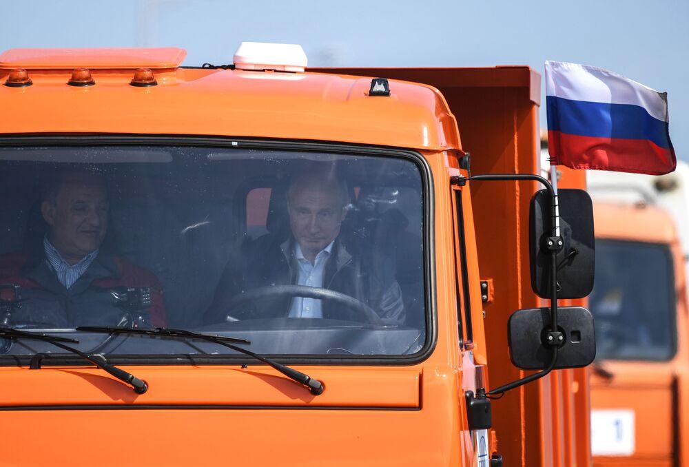 Presidente russo, Vladimir Putin, dirige um caminhão durante a inauguração da Ponte da Crimeia