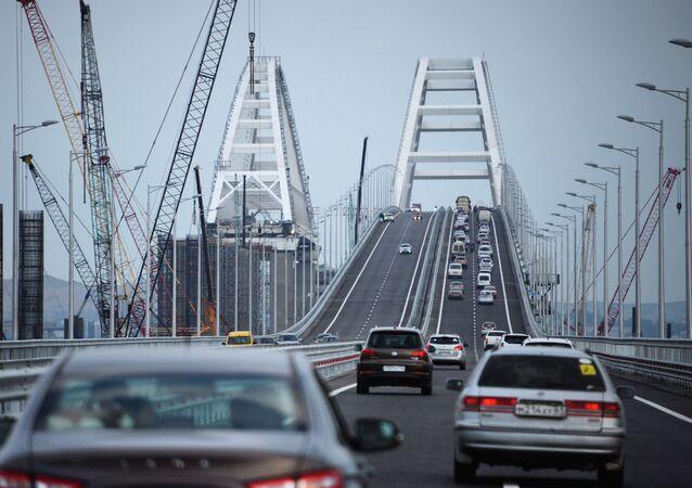 Carros passando pela Ponte da Crimeia