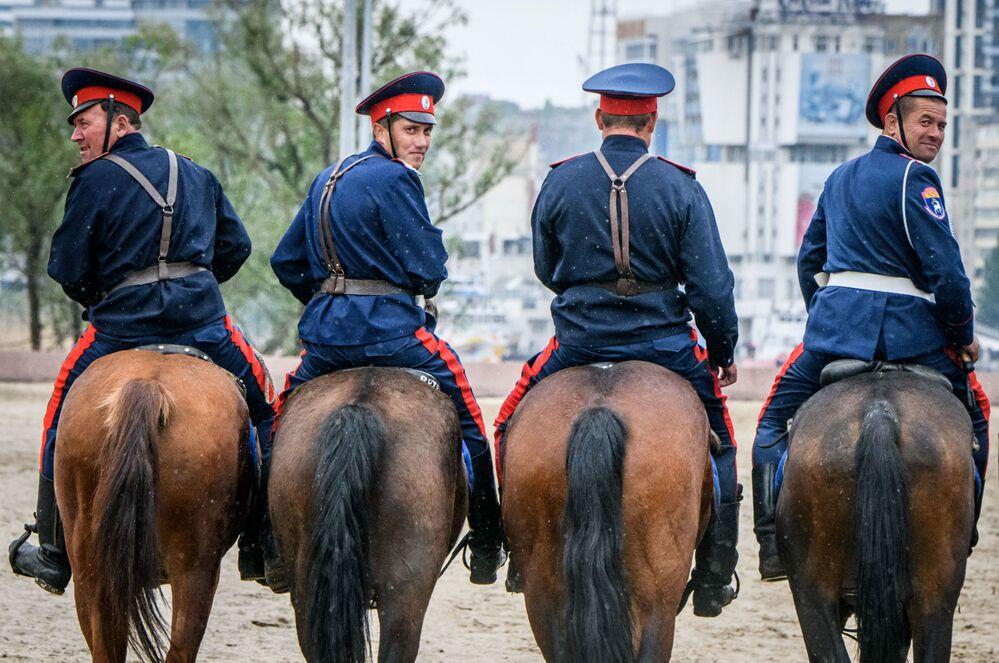 Cossacos do Don praticam patrulha a cavalo no exterior do estádio Rostov Arena, futura sede da Copa do Mundo 2018