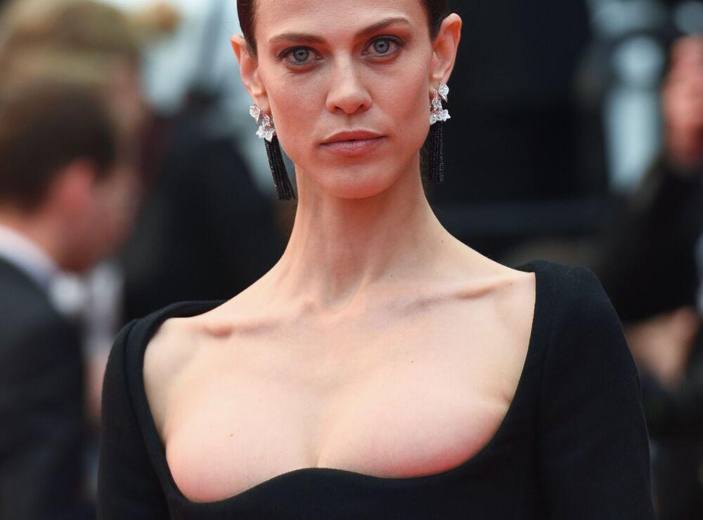 Atriz e modelo francesa Aymeline Valade no tapete vermelho do 71º Festival de Cannes
