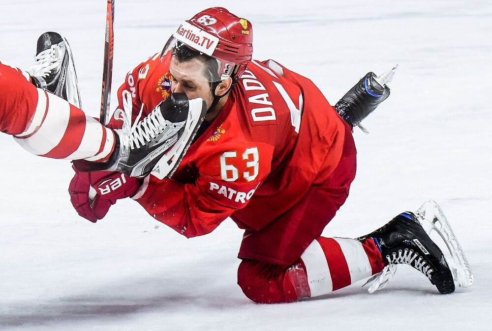 Jogador do time de hóquei de gelo russo Yevgeny Dadonov durante uma partida russo-eslovaca na etapa de grupos do Mundial de Hóquei de Gelo 2018