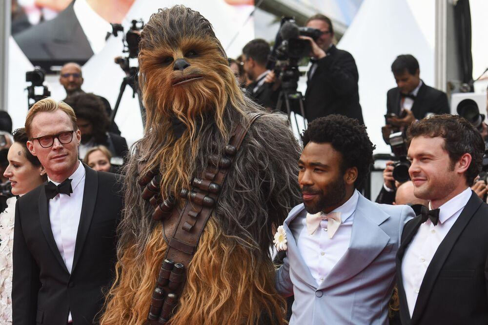 Atores Alden Ehrenreich, Donald Glover, protagonista de Chewbacca, e Paul Bettany (da esquerda para a direita) no tapete vermelho da estreia europeia do filme Han Solo: Uma História Star Wars, no 71º Festival de Cannes