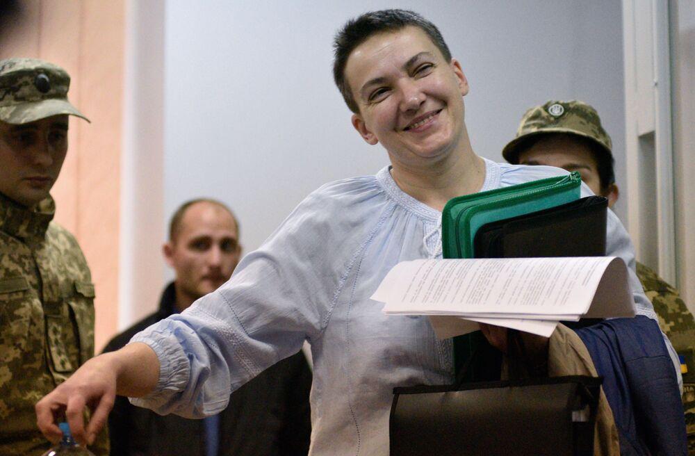 Deputada da Suprema Rada (parlamento) da Ucrânia, Nadezhda Savchenko, durante uma audiência sobre o prolongamento da sua custódia, em Kiev