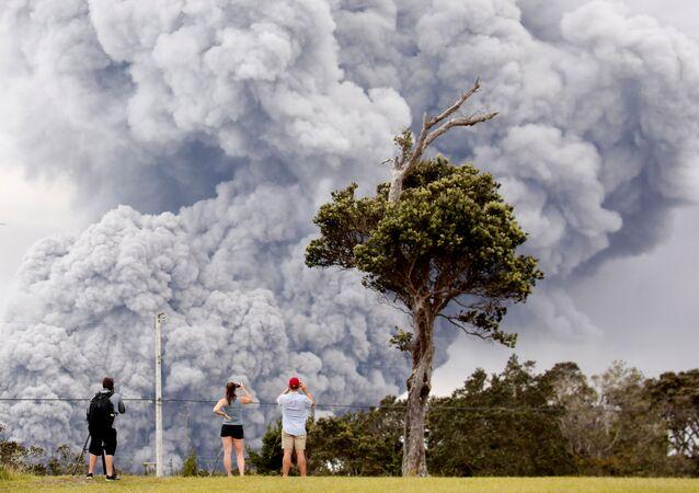 Pessoas observam a erupção do vulcão Kilauea no Havaí, EUA