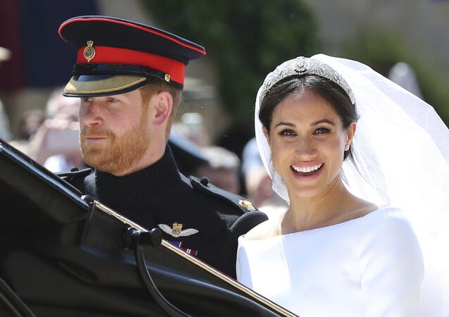 O príncipe Harry e sua esposa Meghan Markle saem da igreja