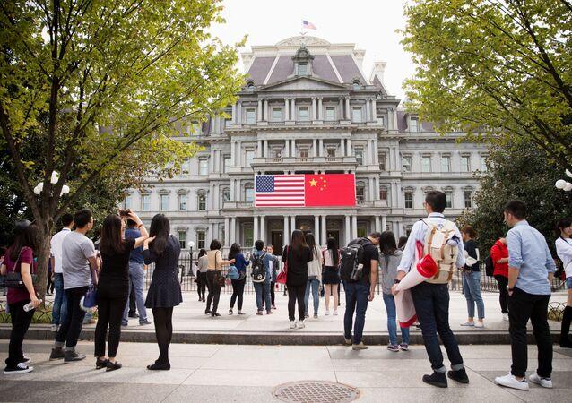 Bandeira da China exibida ao lado da bandeira dos Estados Unidos no complexo da Casa Branca, em Washington (arquivo)