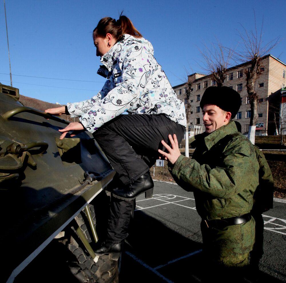 Demonstração de material bélico ao público durante a celebração do Dia dos Fuzileiros Navais da Rússia na 155ª brigada independente de fuzileiros navais da Frota do Pacífico em Vladivostok