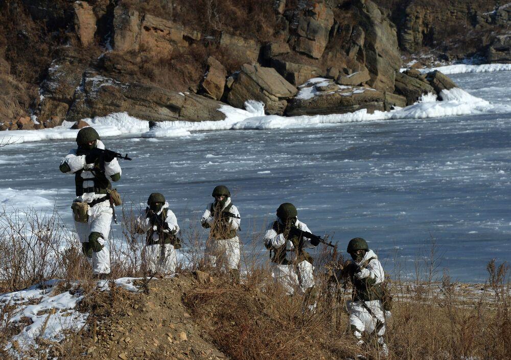 Soldados do grupo de proteção da patrulha de reconhecimento de engenharia participam de treinamentos de batalhão de engenharia da Frota do Pacífico