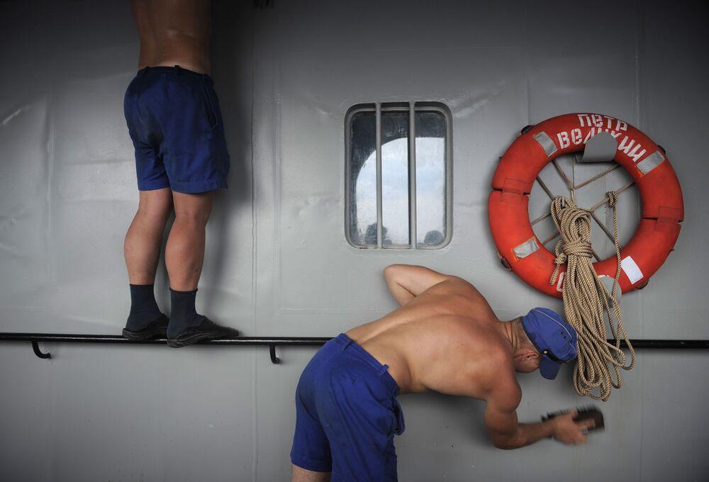 Marinheiros do cruzador nuclear russo Pyotr Veliky lavam o navio antes da chegada à base naval da Frota