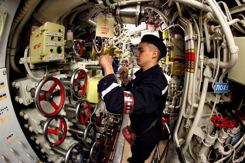 Marinheiro do submarino diesel Ust-Kamchatsk da Frota do Pacífico, Pavel Krainov, participa de treinamentos