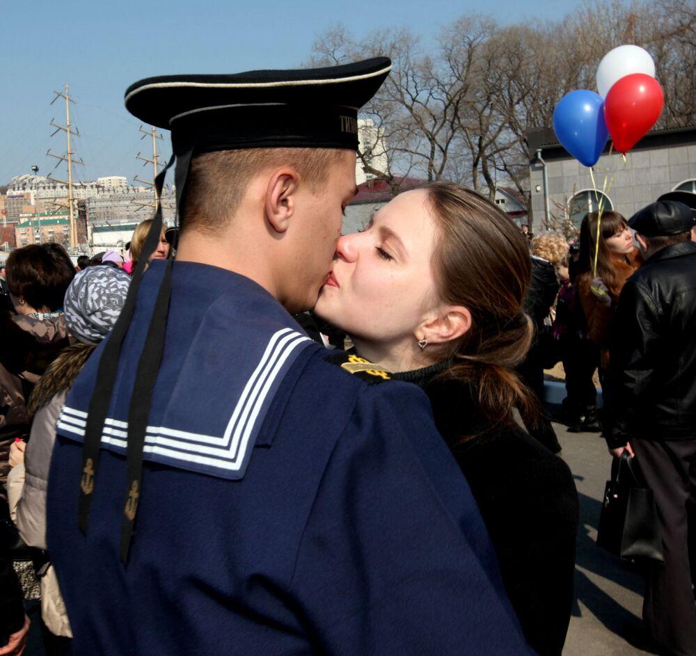Familiares e amigos dão as boas-vindas aos marinheiros militares no cais da cidade russa de Vladivostok