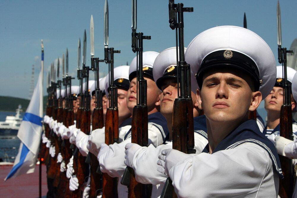 Guarda de honra do cruzador nuclear Pyotr Veliky durante a saída conjunta para o mar de navios da Frota do Pacífico para treinamento de missões de combate