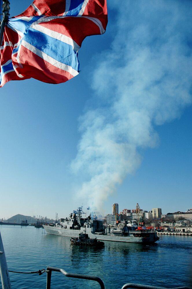 Navio antissubmarino Admiral Tributs sai da baía Zolotoy Rog (Vladivostok)