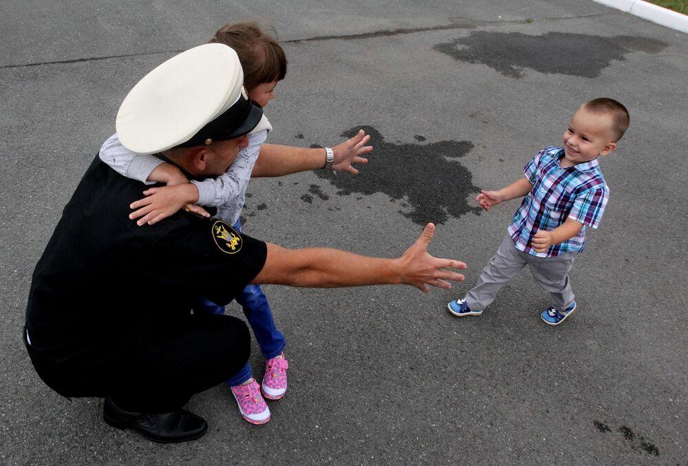 Oficial se encontra com seus familiares em Vladivostok depois de chegada do grupo naval da Frota do Pacífico