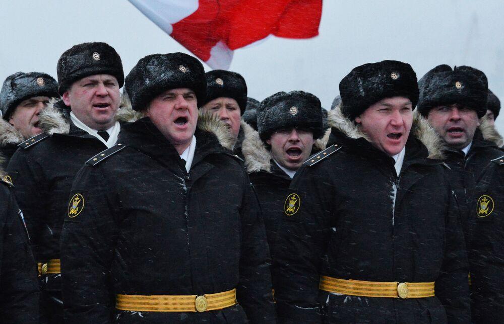 Tripulação do navio-chefe da Frota do Pacífico, o cruzador de mísseis Varyag, durante a cerimônia solene de hasteamento da bandeira da Marinha