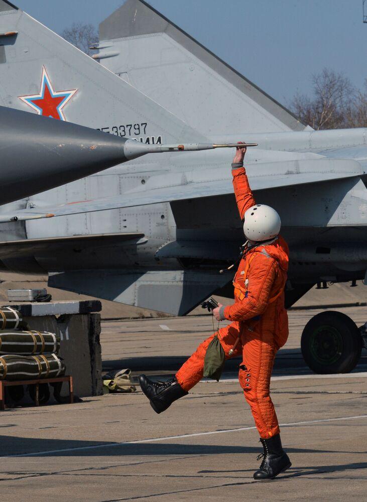 Militares preparam um caça-interceptor supersônico MiG-31 para o voo. O avião é capaz de cumprir missões em todas as condições atmosféricas de dia e de noite