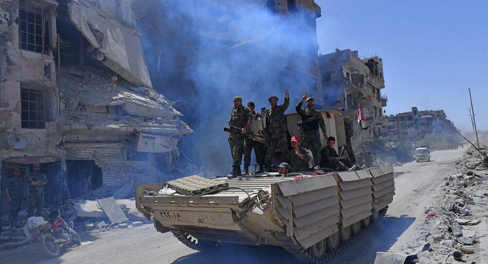 Militares sírios após libertação do campo de refugiados palestinos Yarmouk, no sul de Damasco, 21 de maio de 2018