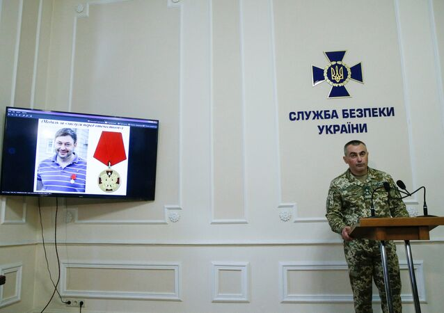 Um retrato do diretor do escritório de Kiev da agência de notícias estatal russa RIA Novosti Kirill Vyshinsky em um monitor durante uma coletiva de imprensa na sede do Serviço de Segurança do Estado ucraniano em Kiev, Ucrânia, 15 de maio de 2018