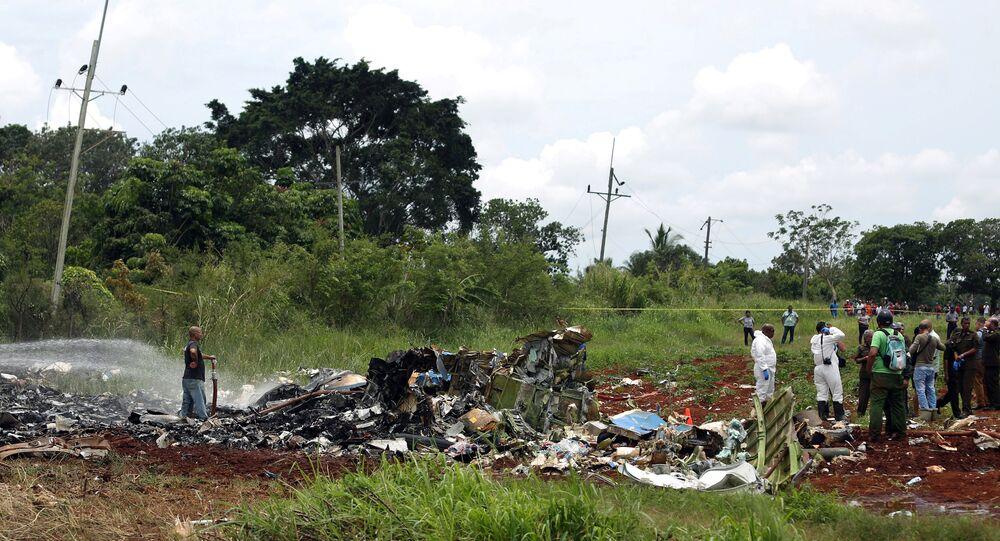 Membros da equipe de resgate trabalham nos destroços de um avião Boeing 737 que caiu na área agrícola de Boyeros, a cerca de 20 quilômetros ao sul de Havana, pouco depois de decolar do principal aeroporto de Havana em Cuba, em 18 de maio de 2018. REUTERS / Alexandre Meneghini