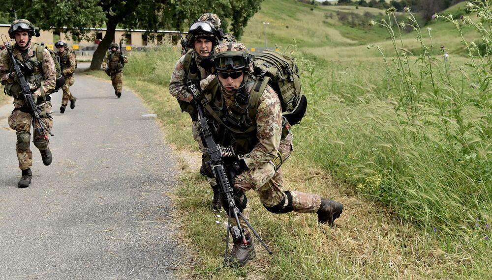 Soldados do exército italiano participam de exercício militar em um campo de treinamento em Cesano, perto de Roma, em 21 de maio de 2018