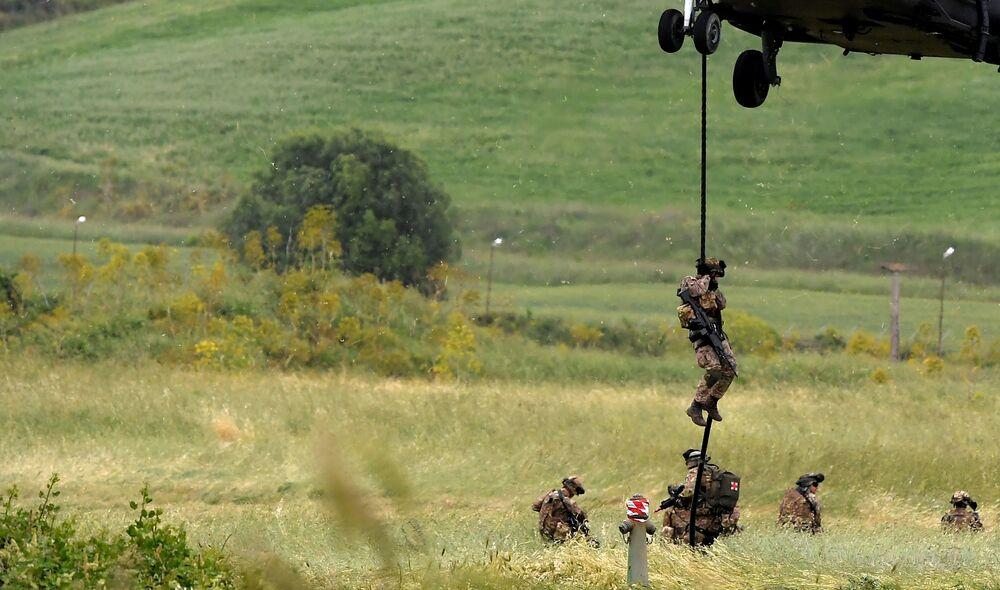 Soldados italianos se exercitando em campo de treinamento na comuna italiana de Tarquinia, em 21 de maio de 2018