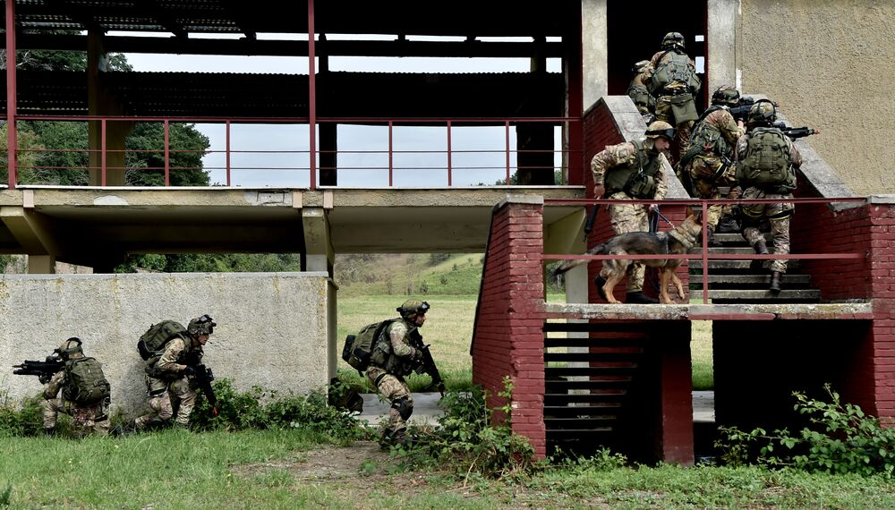 No campo de treinamento no município de Cesano, soldados italianos realizam exercícios militares, Itália, em 21 de maio de 2018