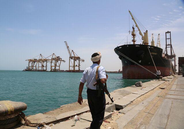 Soldado passeando pelo porto de Hodeidah, no mar Vermelho, Iêmen (arquivo)
