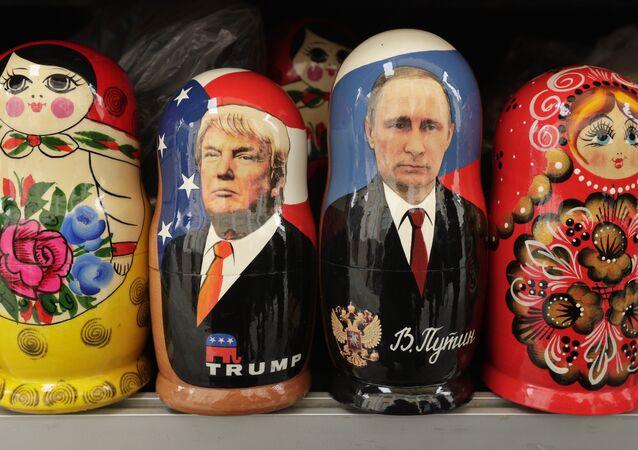 Bonecas de madeira russos tradicionais chamadas Matryoshkas representando o presidente dos EUA, Donald Trump e o presidente russo Vladimir Putin à venda em uma loja de souvenirs em São Petersburgo, Rússia.
