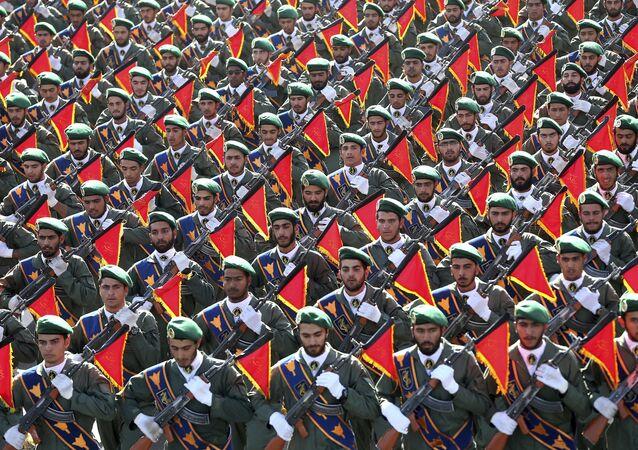 Tropas da Guarda Revolucionária do Irã em parada do aniversário da guerra com o Iraque