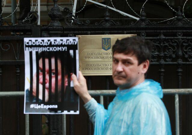 Participante de protesto perto da embaixada da Ucrânia em Moscou em apoio ao jornalista Kirill Vyshinsky