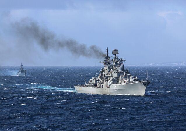 Destróier Admiral Ushakov no mar de Barents (imagem de arquivo)