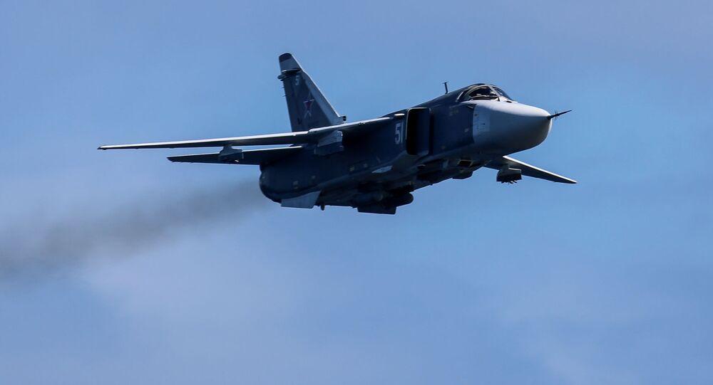 Bombardeiro tático Su-24 no céu no decorrer dos exercícios das Forças Armadas russas