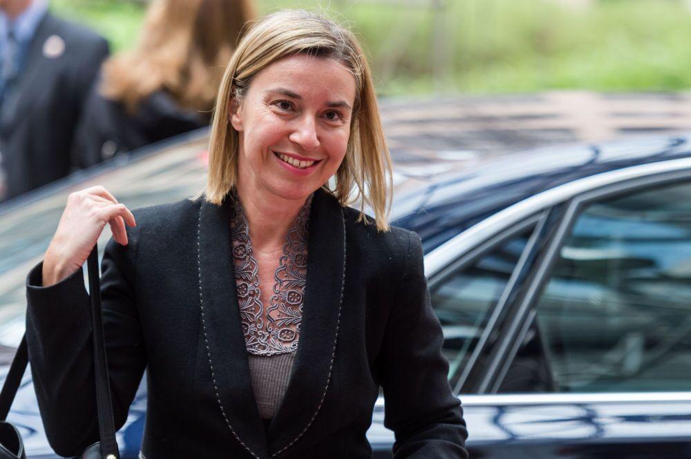 Alta Representante da União Europeia Federica Mogherini está sorrindo à chegada para uma reunião dos ministros da Defesa da UE em Bruxelas, na segunda-feira 18 de maio de 2015.