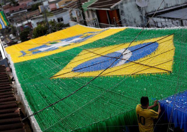Bandeira do Brasil enfeita ruas do país para a Copa do Mundo Rússia 2018