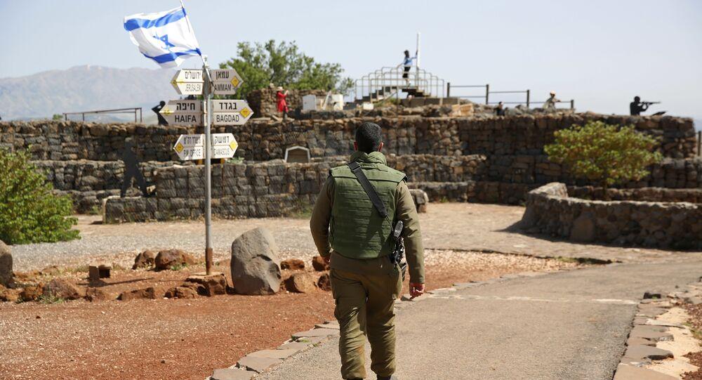 Soldado israelense caminha em antigo posto militar, usado para ver as Colinas de Golã