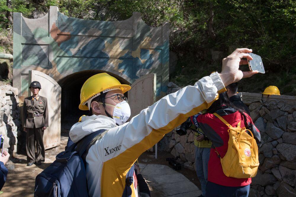 Jornalistas da Coreia do Sul fotografam da entrada de uma das minas durante o fechamento do polígono nuclear norte-coreano