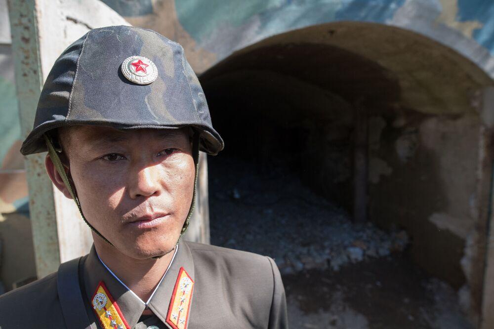 Soldado na entrada da mina de testes nucleares № 2 do polígono nuclear norte-coreano