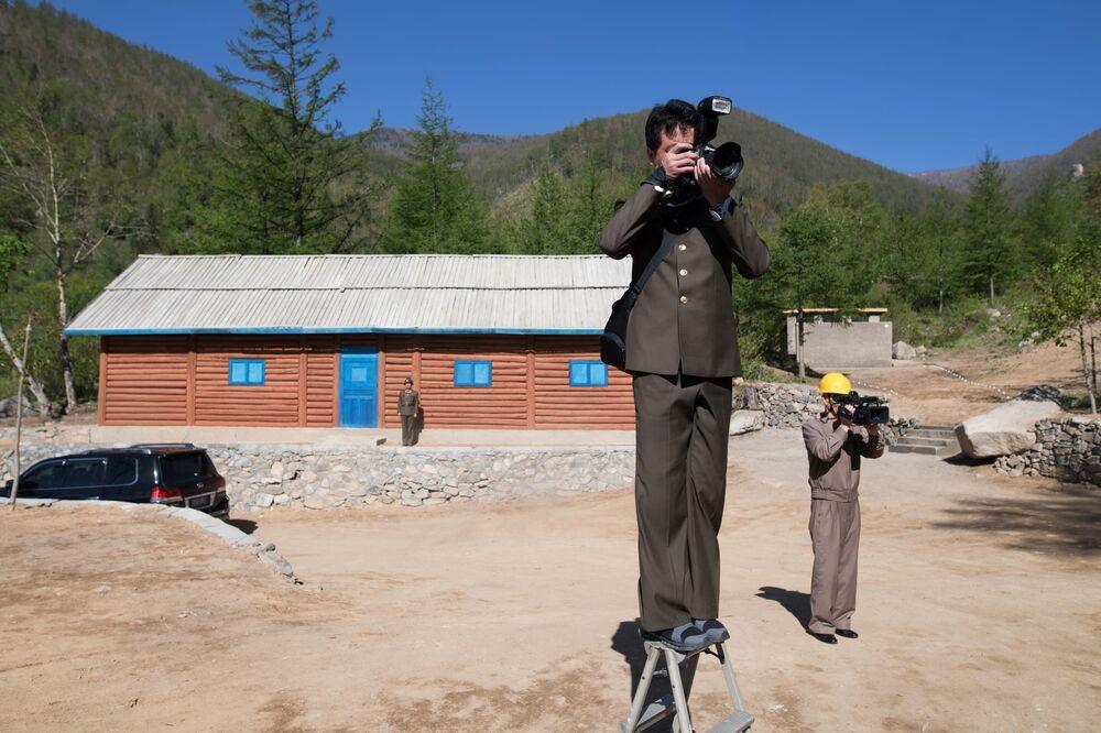 Jornalistas da Coreia do Norte no edifício de controle da mina de testes nucleares № 2 do polígono nuclear de Punggye-ri, no norte do país