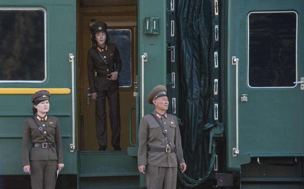 Militares no trem, em que jornalistas foram para o fechamento do polígono de Punggye-ri