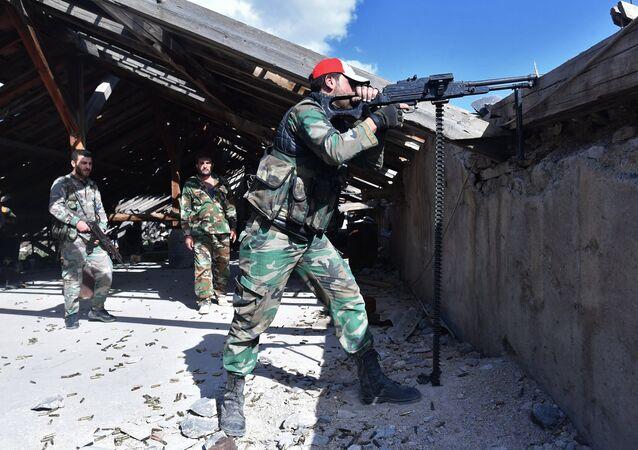 Soldados perto do campo de refugiados de Yarmouk, ao sul de Damasco