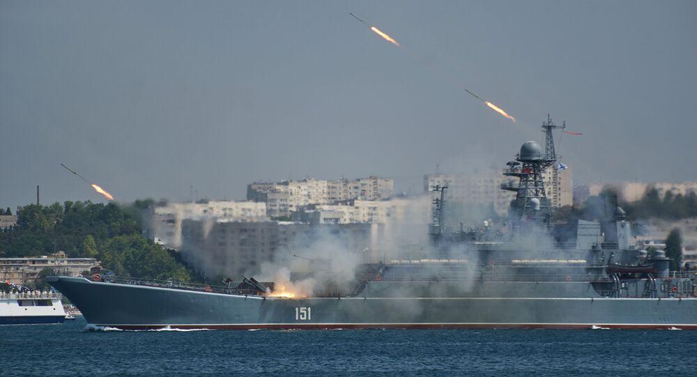 Navio de desembarque Azov durante o ensaio geral para o Dia da Marinha em Sevastopol