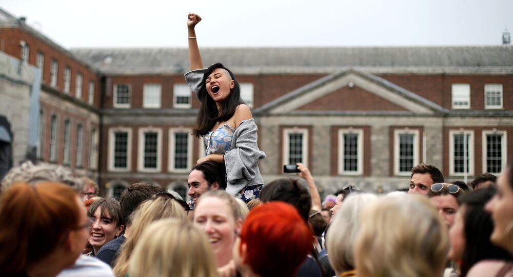 Após plebiscito, irlandeses comemoram nas ruas a legalização do aborto