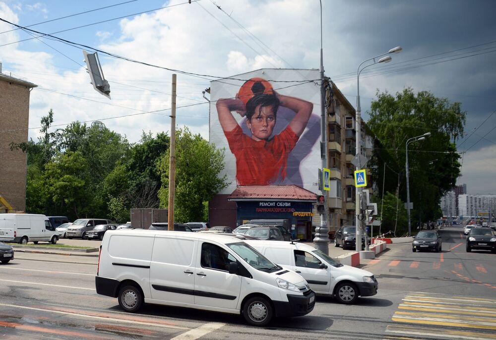 Grafite de um menino jogando futebol